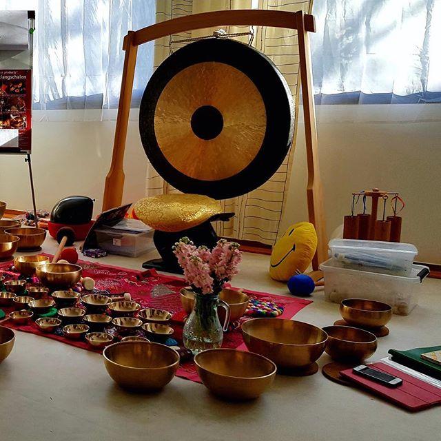 Nos prochains ateliers Printemps - Été sont en ligne !  Nous commencerons cette nouvelle saison avec un atelier très spécial. Un mélange de relaxation aux vibrations des bols tibétains et un buffet coloré pour équilibrer les chakras.  Une expérience sonore et vibratoire, plongé dans un «bain sonore» pour une relaxation guidée par Martine Reigneau. Odette clôturera l'atelier avec un délicieux buffet !  Suivez le lien en bio pour découvrir les ateliers 😉  #atelier #cuisine #tibetanbowls #vibration #experience #versailles #positiveacademy
