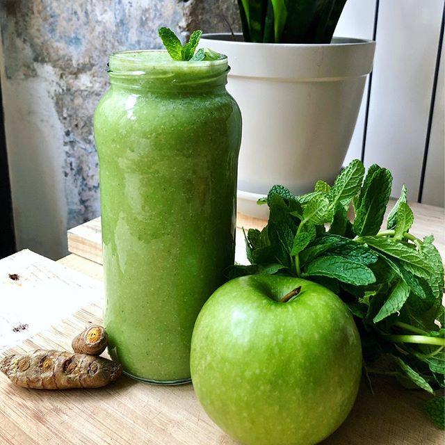 Nous pensons qu'il est primordial pour chacun de connaître les bonnes pratiques alimentaires qui permettent d'être en bonne santé et de se sentir bien dans sa peau au quotidien.  C'est dans cette démarche d'éducation et de partage de nos connaissances au profit de tous que nous avons créé notre 1er ebook.  Il est gratuit et s'intitule «Super Green Smoothies». Il explique l'intérêt des smoothies à base de légumes vert et vous présente 5 recettes faciles à préparer.  Téléchargez-le dès maintenant depuis notre site web, vous trouverez un lien en bio !  Bonne lecture et merci pour votre soutien 🌟👍 #ebook #greensmoothie #healthyrecipes #healthysmoothie #greenvegetables #versailles #positiveacademy