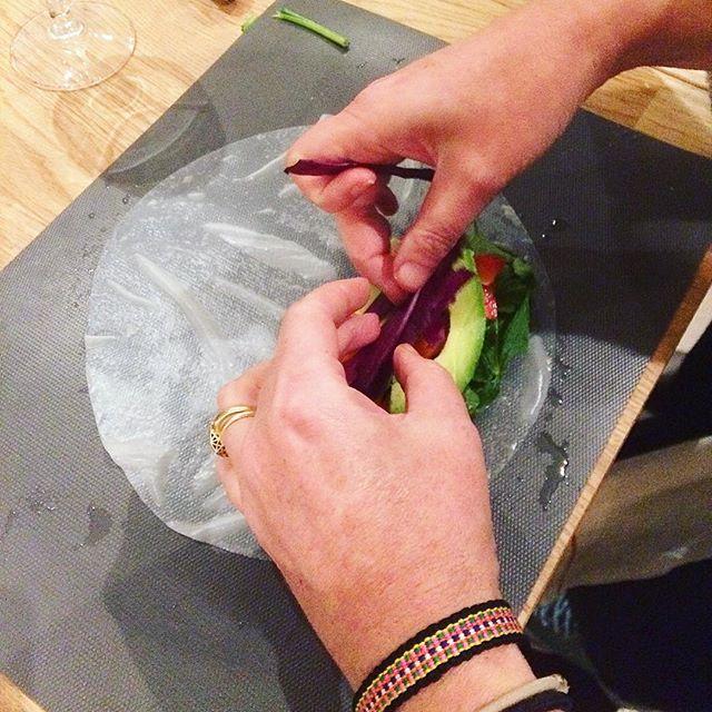 On se régalé dans notre Soirée Thaï ce mardi. Je sais que beaucoup d'entre vous ont voulu s'inscrire à la prochaine Soirée Thaï le jeudi 13 juin qui est déjà complet ! J'ouvrirai donc une autre date le jeudi 20 juin. Vous pouvez vous inscrire des maintenant sur notre site internet !  #cookingclass #thaicooking #springrolls #stayhealthybepositive #delicious #vegetarianrecipes