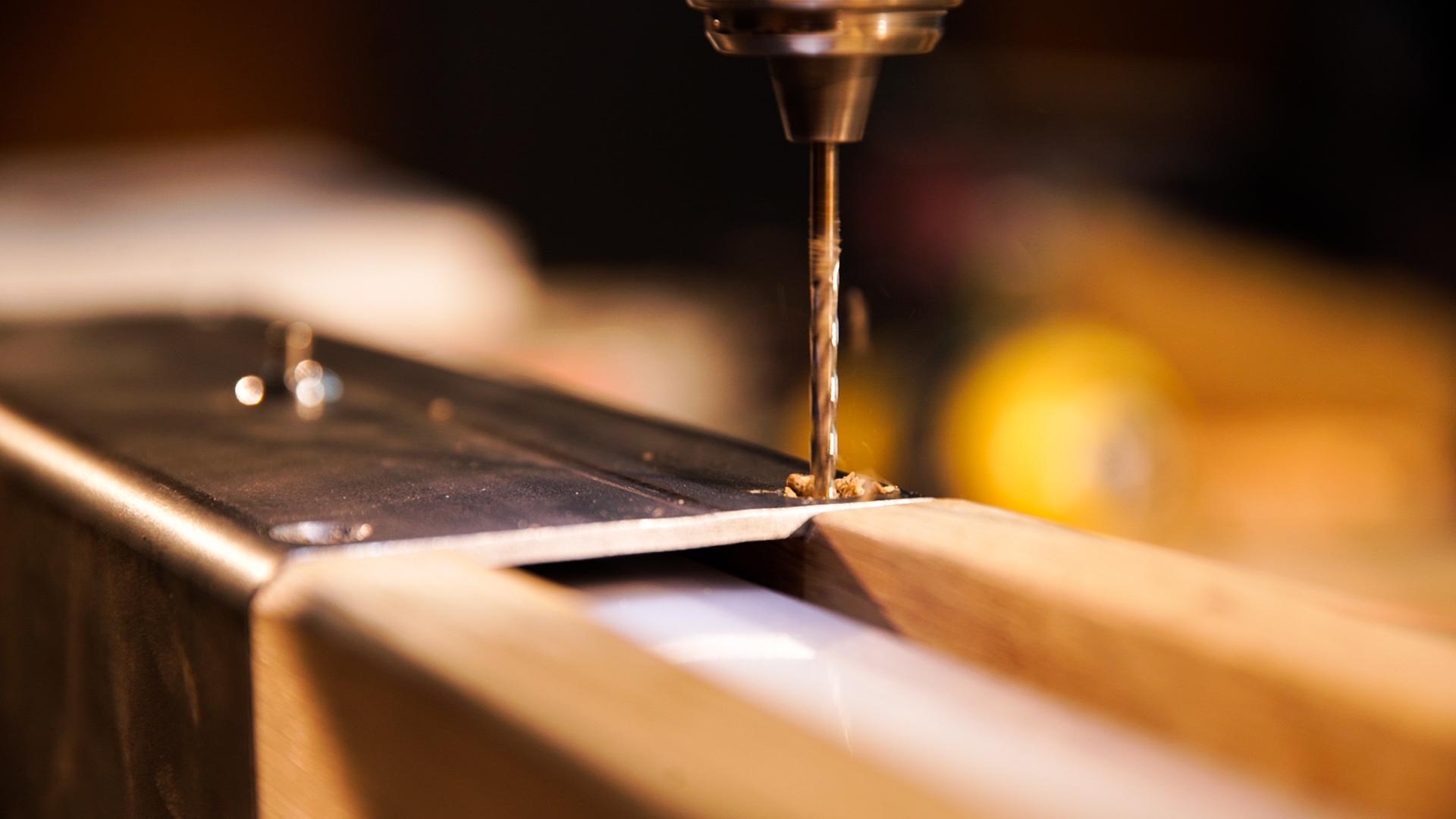 Rohstahl - Für unserer Untergestelle verwenden wir Rohstahl, eine Art von Stahl, welche bei 1200 Grad Celsius gewalzt wird. Aufgrund der hohen Temperaturen bei der Verarbeitung bildet sich eine dunkle Zunderschicht auf dem Material, weshalb Rohstahl auch unter dem Namen schwarzer Stahl bekannt ist. Er zeichnet sich besonders durch seinen robusten Look aus, welcher im Verarbeitungsprozess zustande kommt. Kleine Kratzer und Unregelmäßigkeiten gehören zur Optik von Rohstahl. Durch das Abschleifen von Schweißnähten erhält Rohstahl die typischen helleren Stellen auf der Oberfläche. Bei der Zaponlack Beschichtung wird die Oberfläche so belassen und transparenter Lack schützt den Stahl vor Rost.