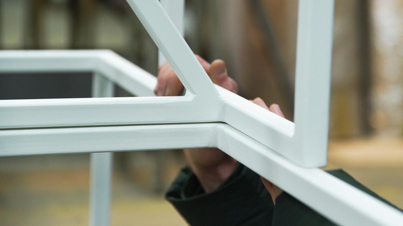 Pulverbeschichtung - Außerdem arbeiten wir mit Pulverbeschichtungen in den RAL Lack Farben 9005 schwarz und 9016 weiß. Bei dieser Methode wird auf den statisch geladenen Stahl die Farbe aufgesprüht wodurch eine langfristige Haftung gewährleistet ist.60% des Materials, welches wir für unsere Untergestelle verwenden ist recycelt.