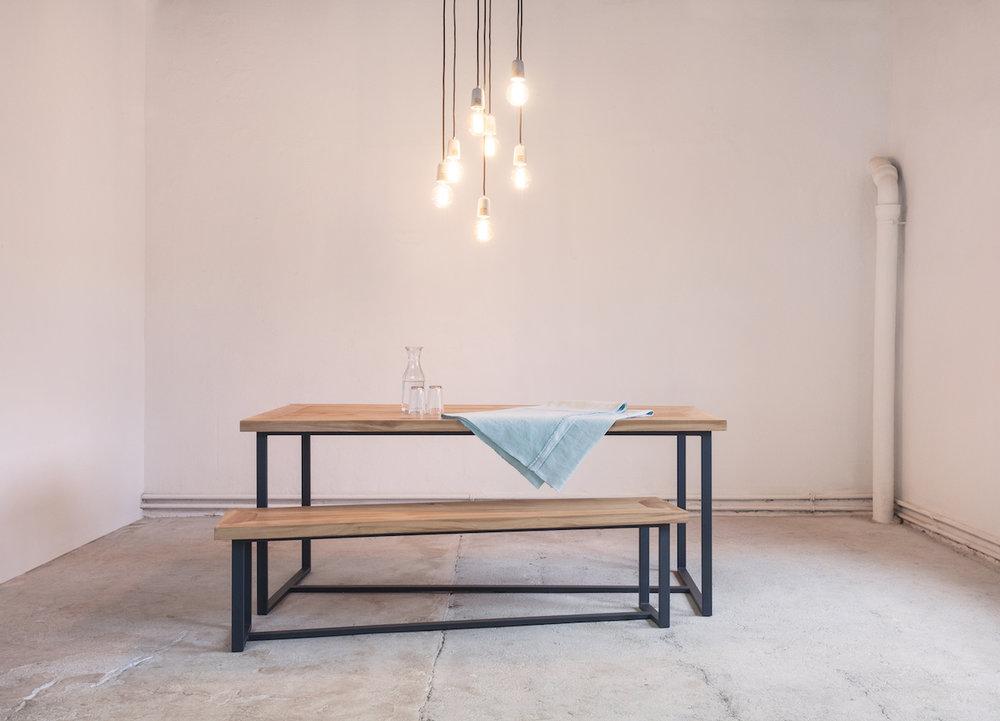 Massivholz Tisch Erika mit Eichentischplatte und Bank.jpg