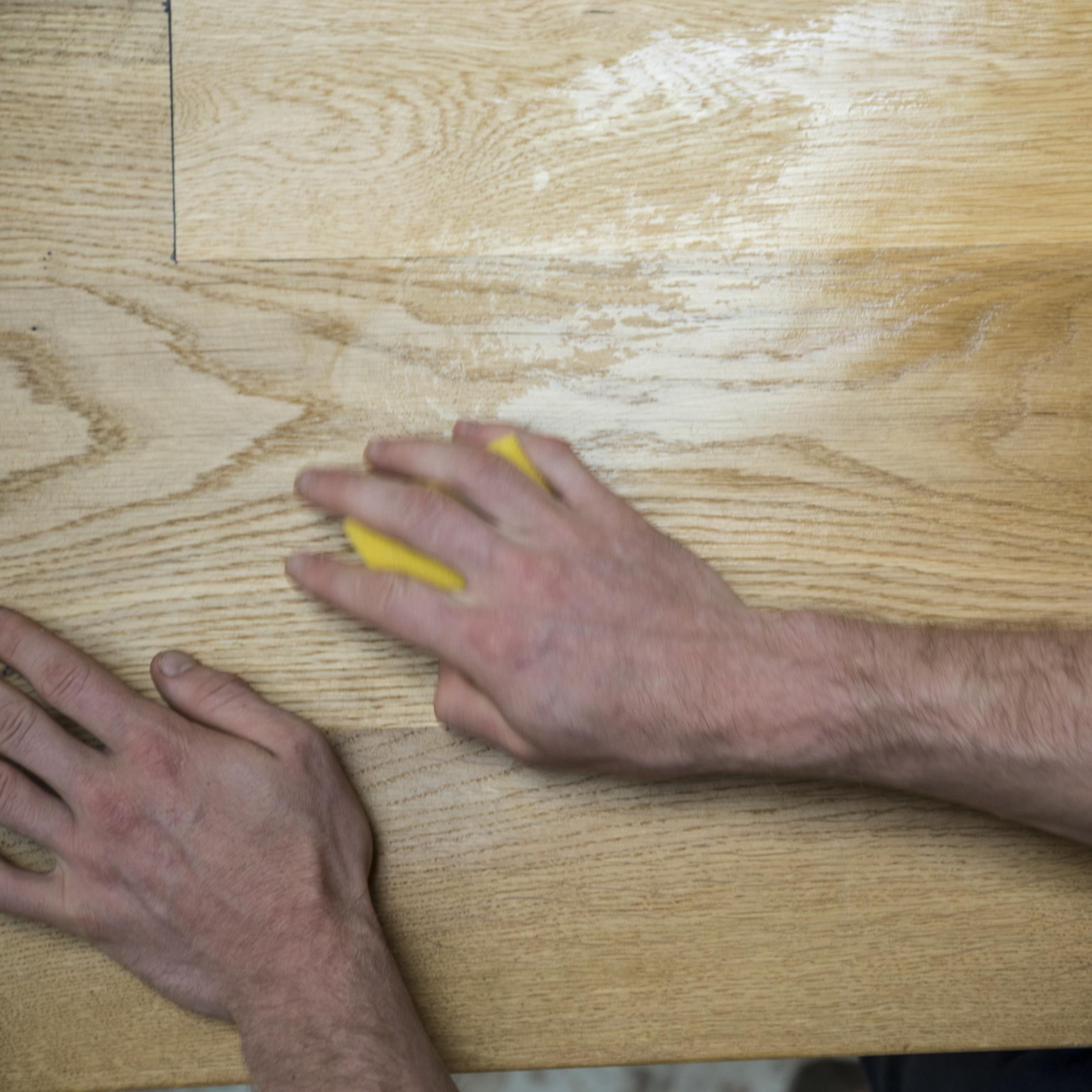 Schritt 1: - Die zu behandelnde Oberfläche mit einem Schwamm säubern. Um das Holz zu schonen und Verfärbungen zu vermeiden, darauf achten, dass kein Spülmittel verwendet wird, sondern nur Wasser.