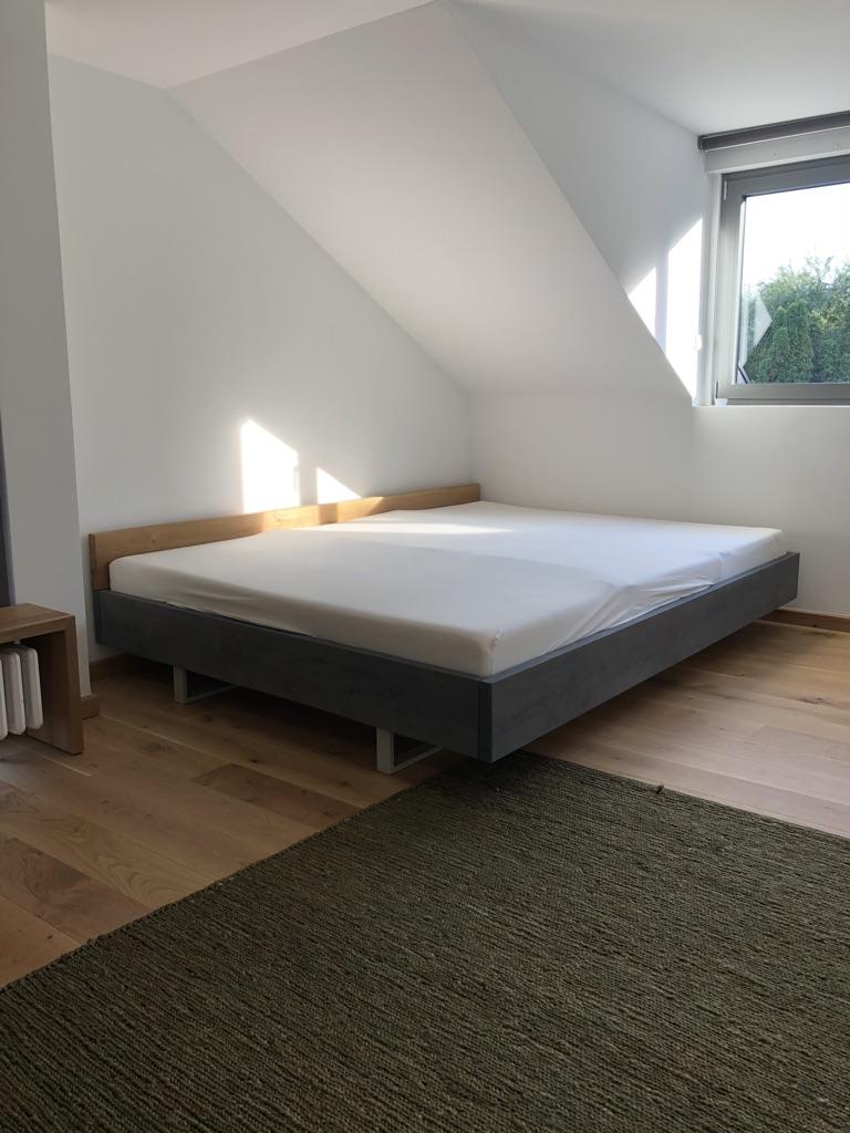 Bett schwenend grau lasirt mit Eichenkopfteil Sonderanfertigung.jpg
