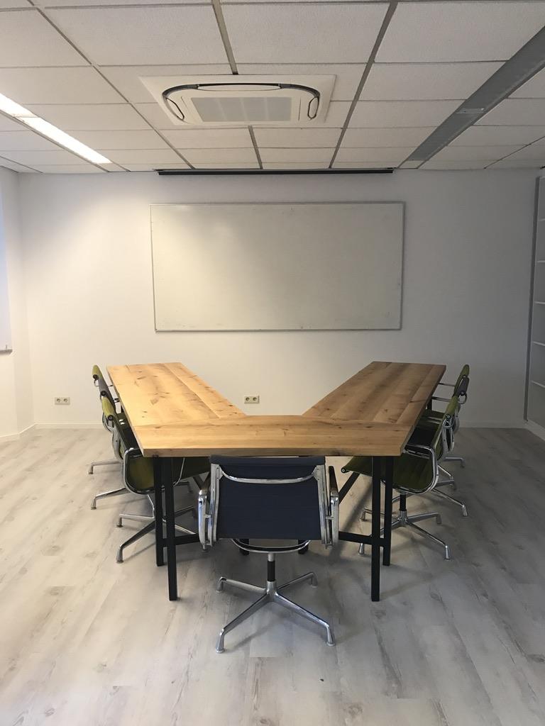 Konferenztisch Massivholz.jpg