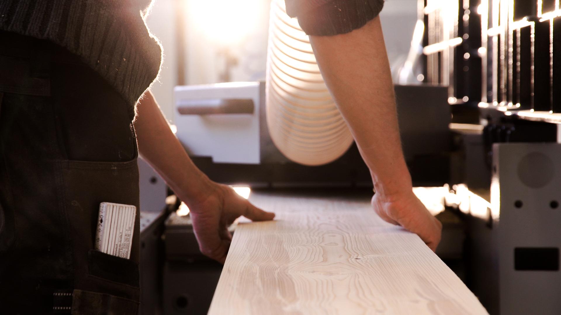 - 2015 beginnt ein kleines Team in Berlin, Tische aus Altholz zu bauen. Zu diesem Team gehören neben Mischa, der woodboom ins Leben gerufen hat, auch David, unser Schreiner und Maciek der zu dieser Zeit viel mit Beton und Holz arbeitet und in Polen aufgewachsen ist. Die selbst gebauten Tischplatten kombinieren wir mit Stahl Untergestellen, die ebenfalls in Berlin, von einem selbstständigen Schweißer produziert werden