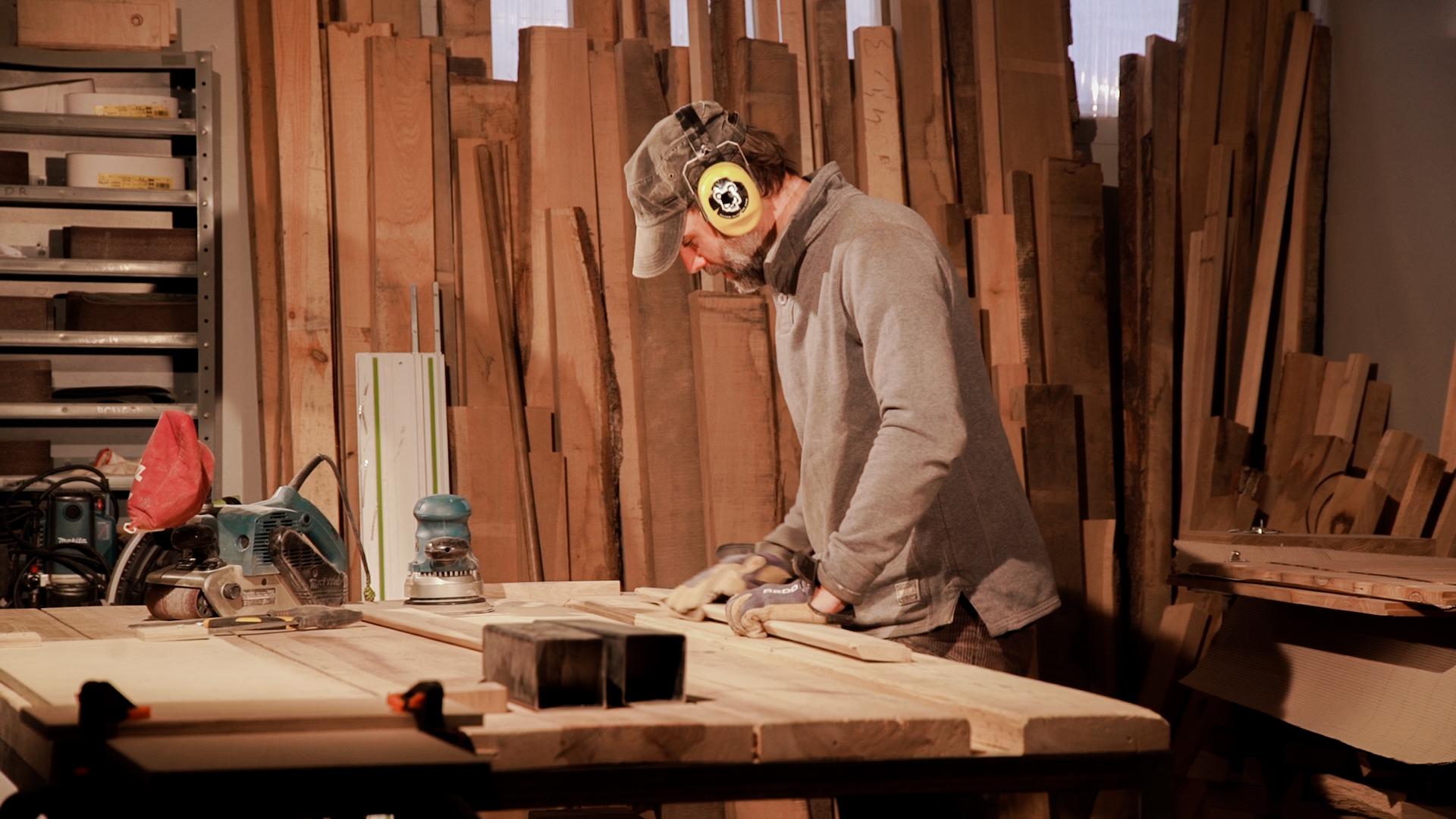 Holzwerkstatt von Maciej - In Budzyń, Polen liegt Macieks Produktion. Er arbeitet dort auf 100 Quadratmetern, mit einem Angestellten Leciek. Leciek ist Schreinermeister und mittlerweile Hauptverantwortlicher für den Bau unserer Möbel. Maciek kümmert sich vom Holzeinkauf bis zum fertigen Produkt um alles, was die Kommunikation für uns sehr erleichtert. Eingespielte Abläufe und klare Verantwortungsbereiche ermöglichen eine reibungslose Zusammenarbeit.