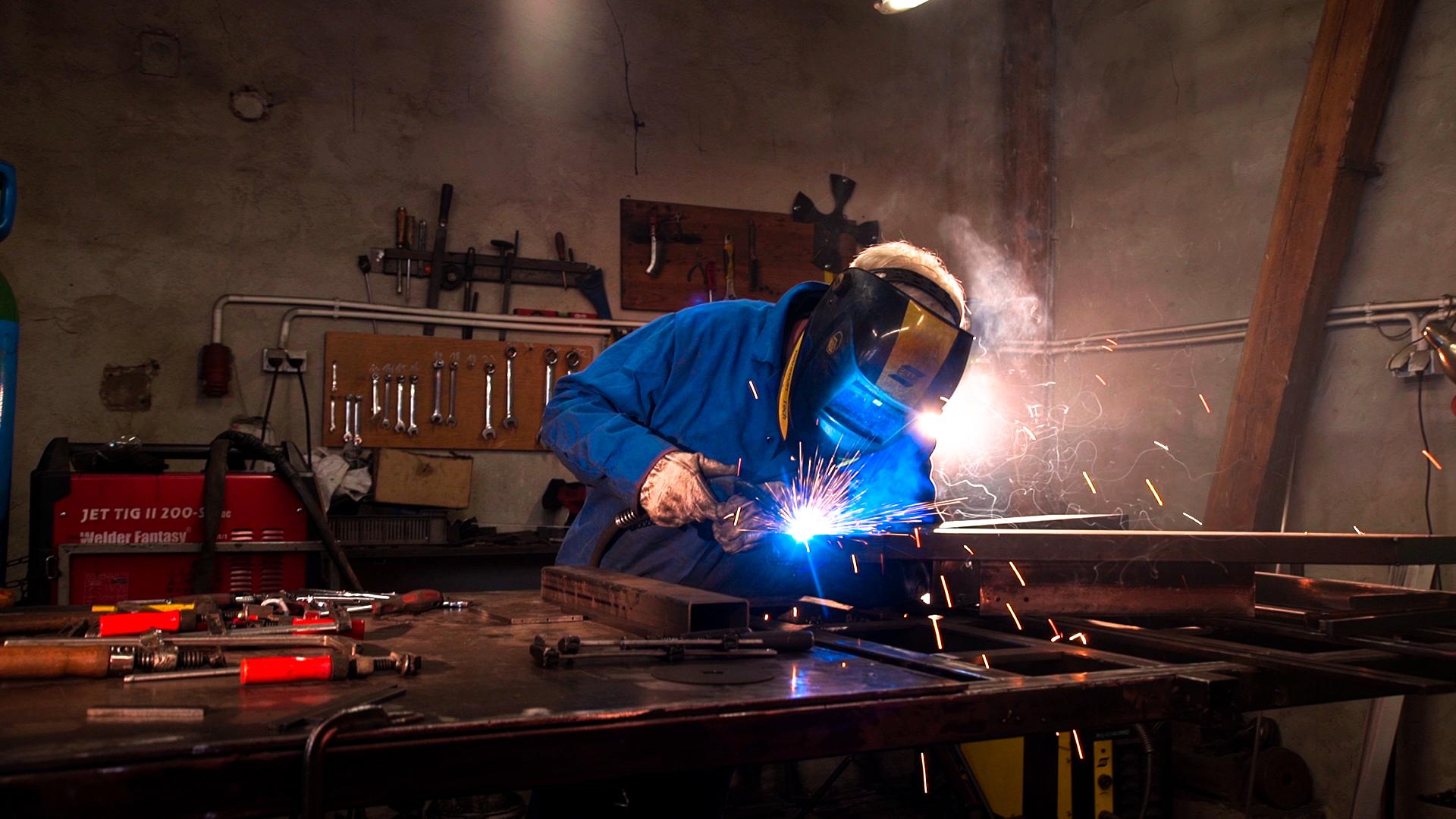 Metalwerkstatt von Piotr und Mikolaj - Bei den Jungs liegt unsere Metallproduktion. Unsere vorherigen Schweißer waren auf Produkte aus dem Baubereich spezialisiert, in der andere Prioritäten herrschen als im Möbelbau. Piotr und Mikolaj kennen sich allerdings bestens aus, was präzise Schweißarbeit angeht. Sie produzieren größtenteils für den polnischen und russischen Markt und sprechen fließend englisch, was sehr bedeutend für uns ist. Insgesamt sind sieben Leute in der Firma tätig, die alle mit Leidenschaft ihrem Beruf nachgehen und hervorragende Untergestelle für unsere Tische bauen.