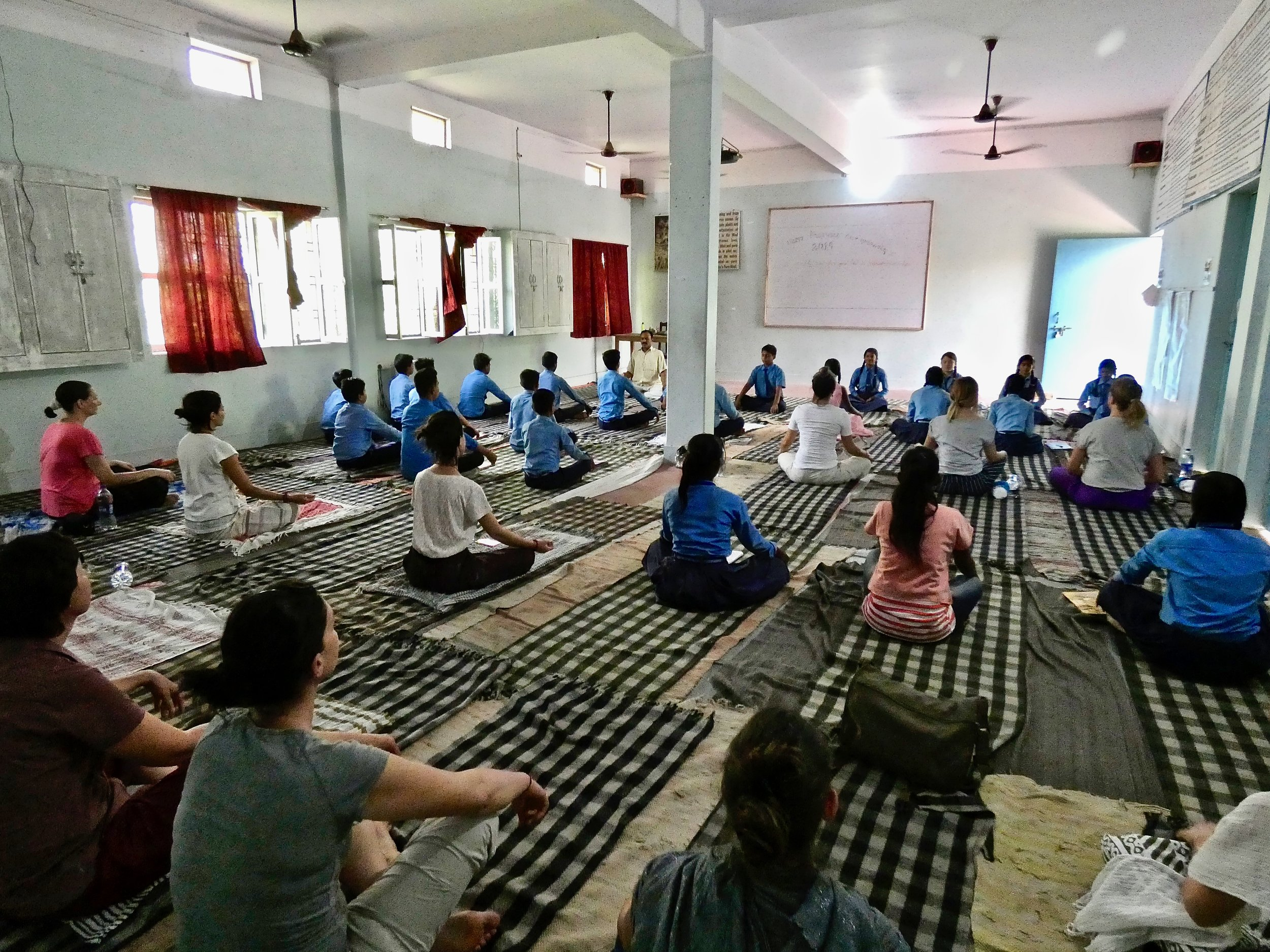 Yoga con i ragazzi di Aliceproject a Sarnath