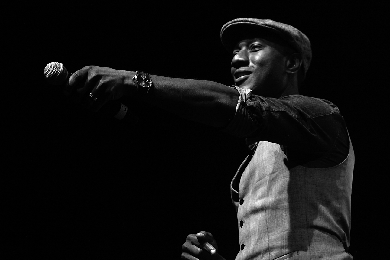Aloe Blacc performs at GUESS? Inc. Headquarters on April 29, 2015 in Los Angeles, California.