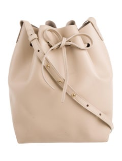 A perfect bag, in the perfect tone of beige! Wear this with everything in your fall wardrobe.