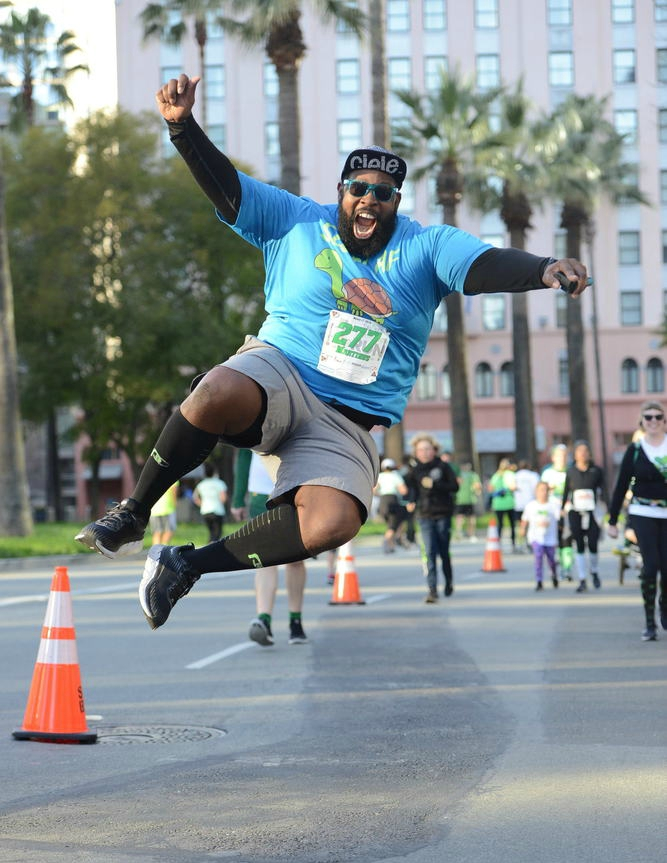 Episode 44: Martinus Evans - Martinus Evans is from Detroit Michigan. In 2012 he weighed approximately 360-370 pounds. A visit to an orthopaedic surgeon for hip pain prompted him to go and buy a pair of running shoes and start running and 300 pounds and running was born. Since then Martinus has run multiple marathons including the New York City marathon and will be traveling to the Berlin Marathon this year. He started his own blog, podcast, clothing line and helps other runners achieve their goals. He believes in consistency, determination, dedication, positivity and perseverance. He doesn't believe in diets, and values progress over perfection. We have a great conversation about how race directors can be inclusive to all participants, the running community, body image and being a mentor to others. Follow Martinus on 300 pounds and running and check out his clothing line SLOW AF at 300 pounds and running
