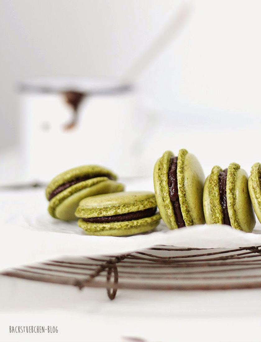 Macarons Fehler können leicht passieren, wir zeigen wie du sie vermeiden kannst und wie deine Macarons anschließend so schön aussehen, wie die auf dem Gitterrost