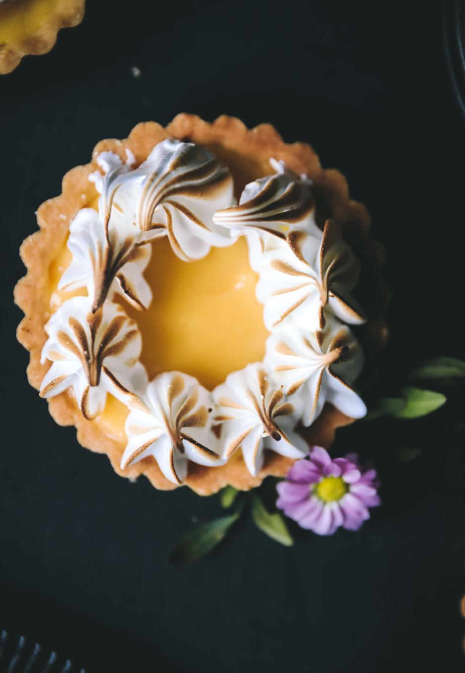 Meringue passt ideal zu Zitronen-Tartelettes