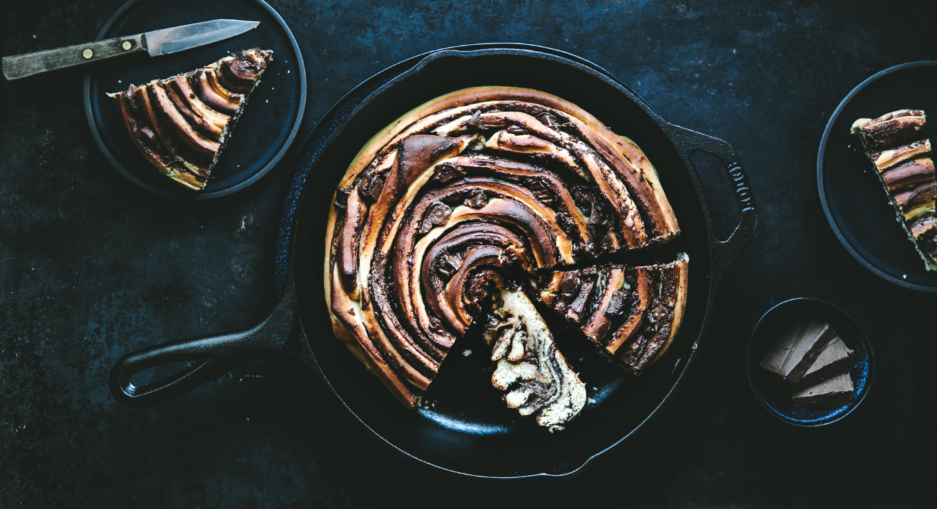Hefeschnecke in der Pfanne, gefüllt mit einer leckeren Nugat-Füllung.