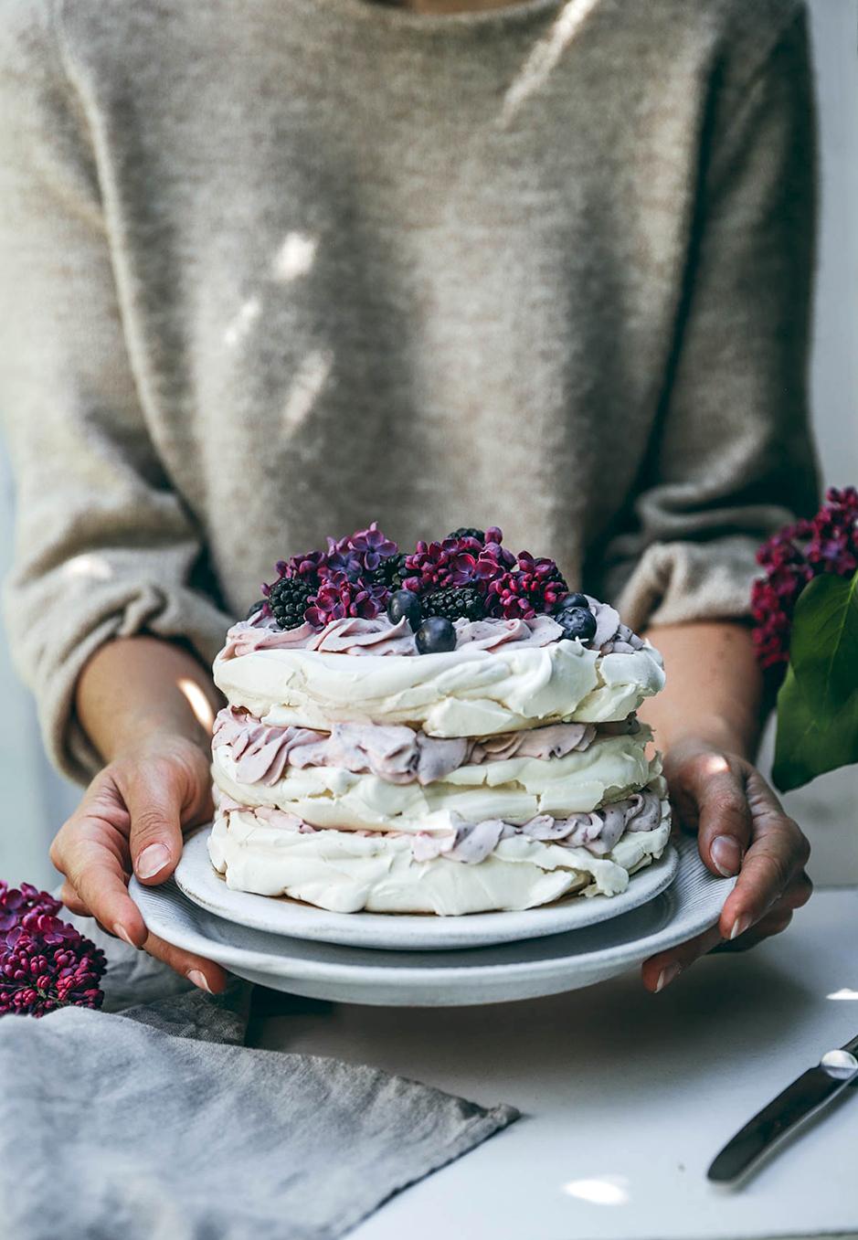 Gerade im Sommer ist eine Pavlova-Torte mit Blaubeer-Sahne-Creme perfekt