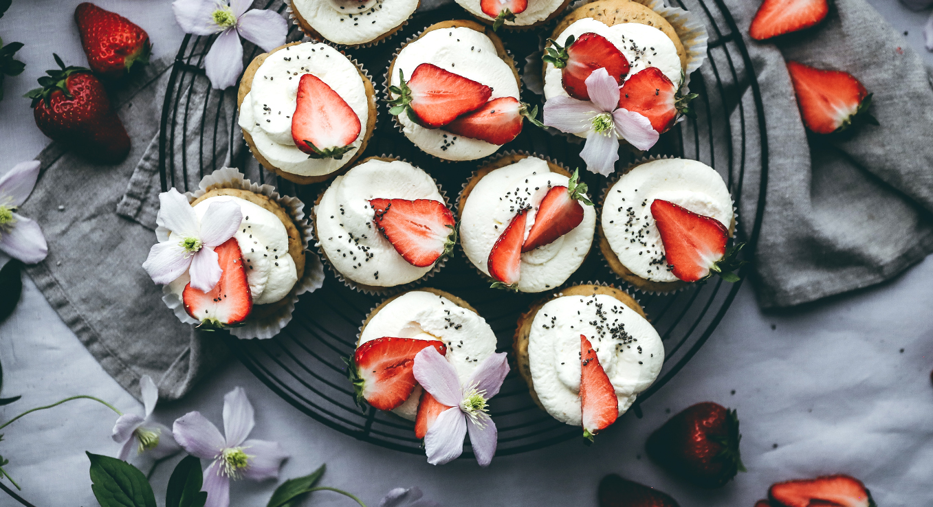 Ricotta-Chia-Cupcakes mit Tonka-Creme und Erdbeeren