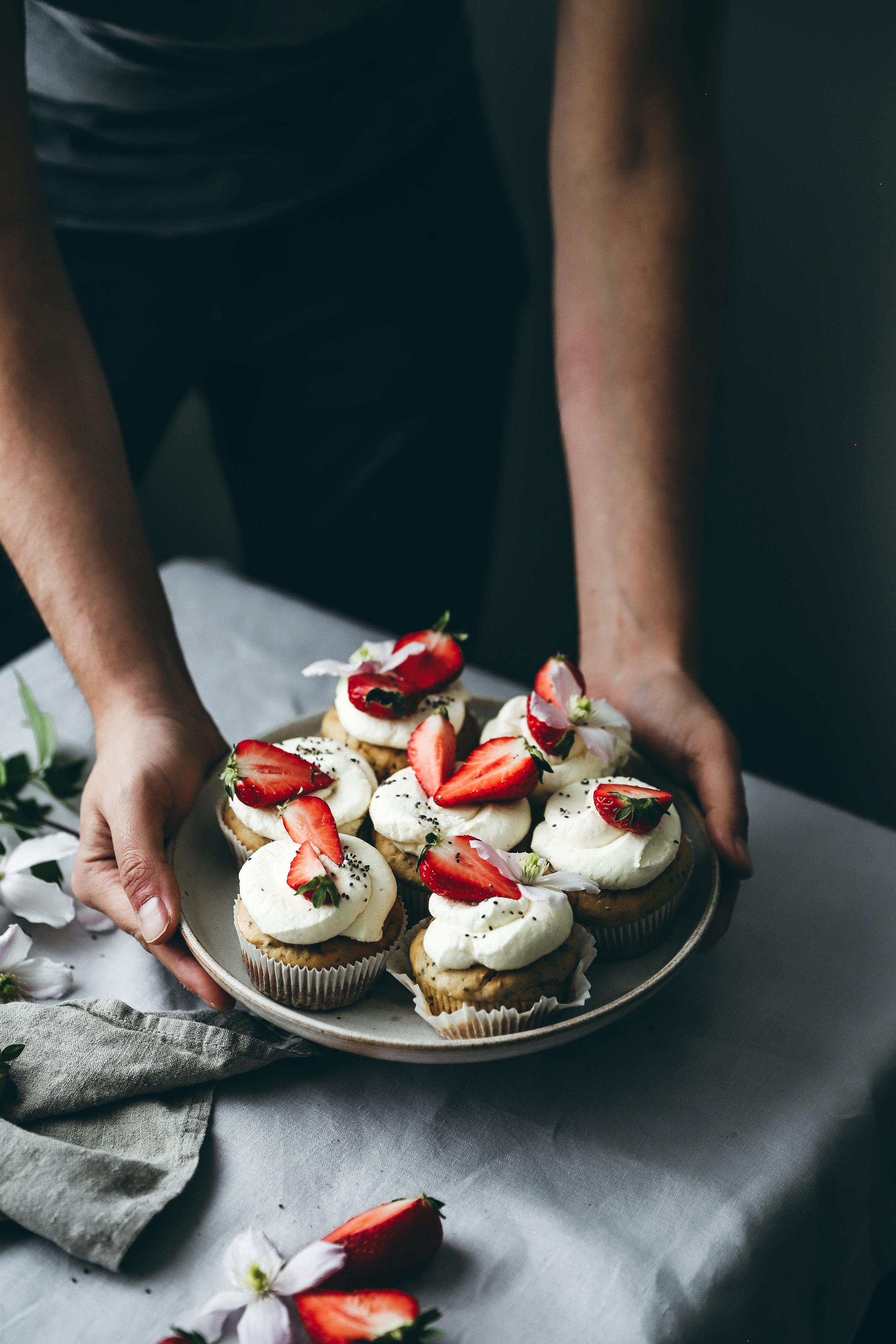 Wie wäre es mit Ricotta-Chia-Cupcakes mit Tonka-Creme und Erdbeeren?