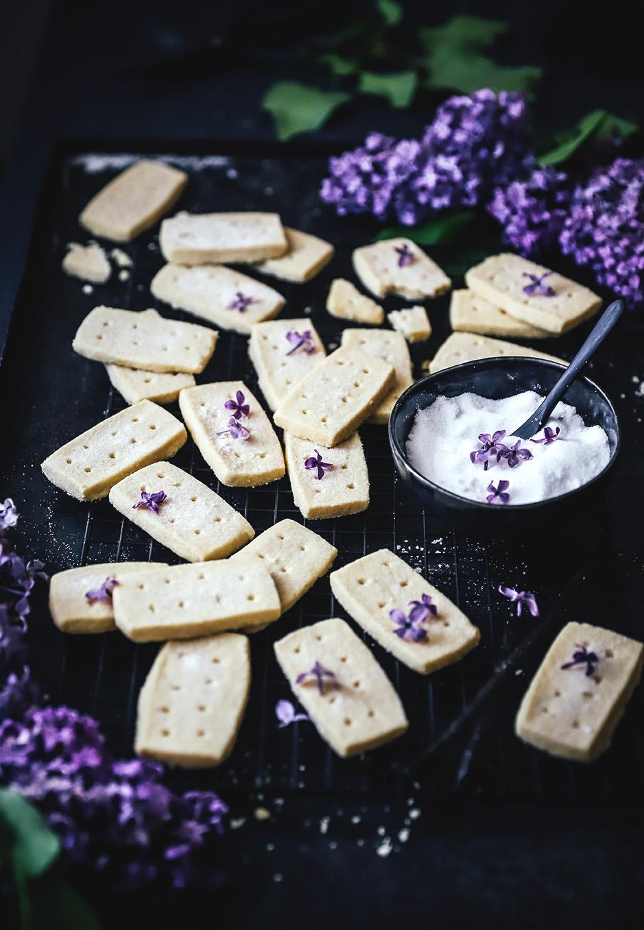 Kekse einmal anders: Fliederzucker verleiht dem Shortbread ein besonderes Aroma.