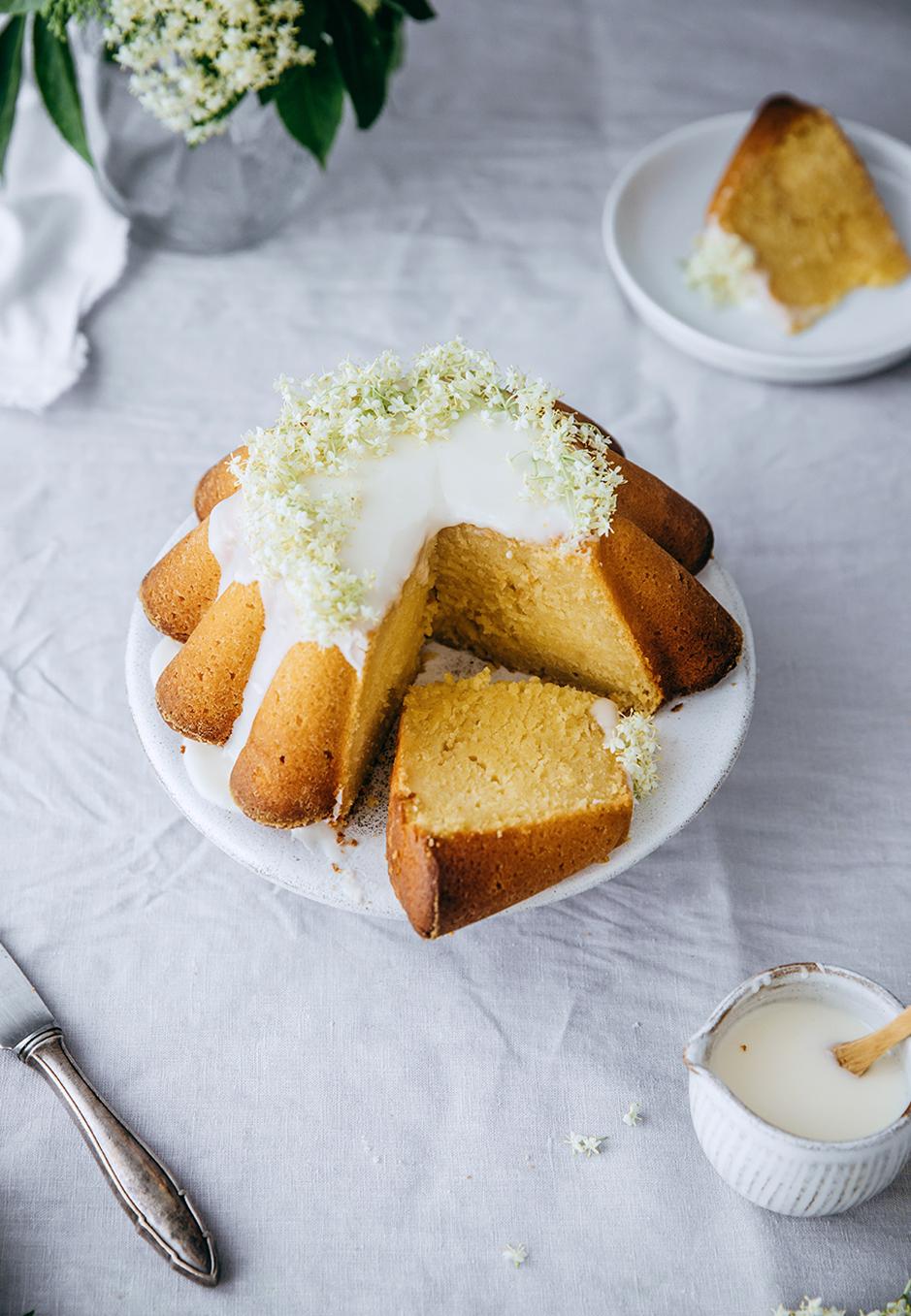 Saftig und lecker: Joghurt-Zitronen-Kuchen mit Holunder.