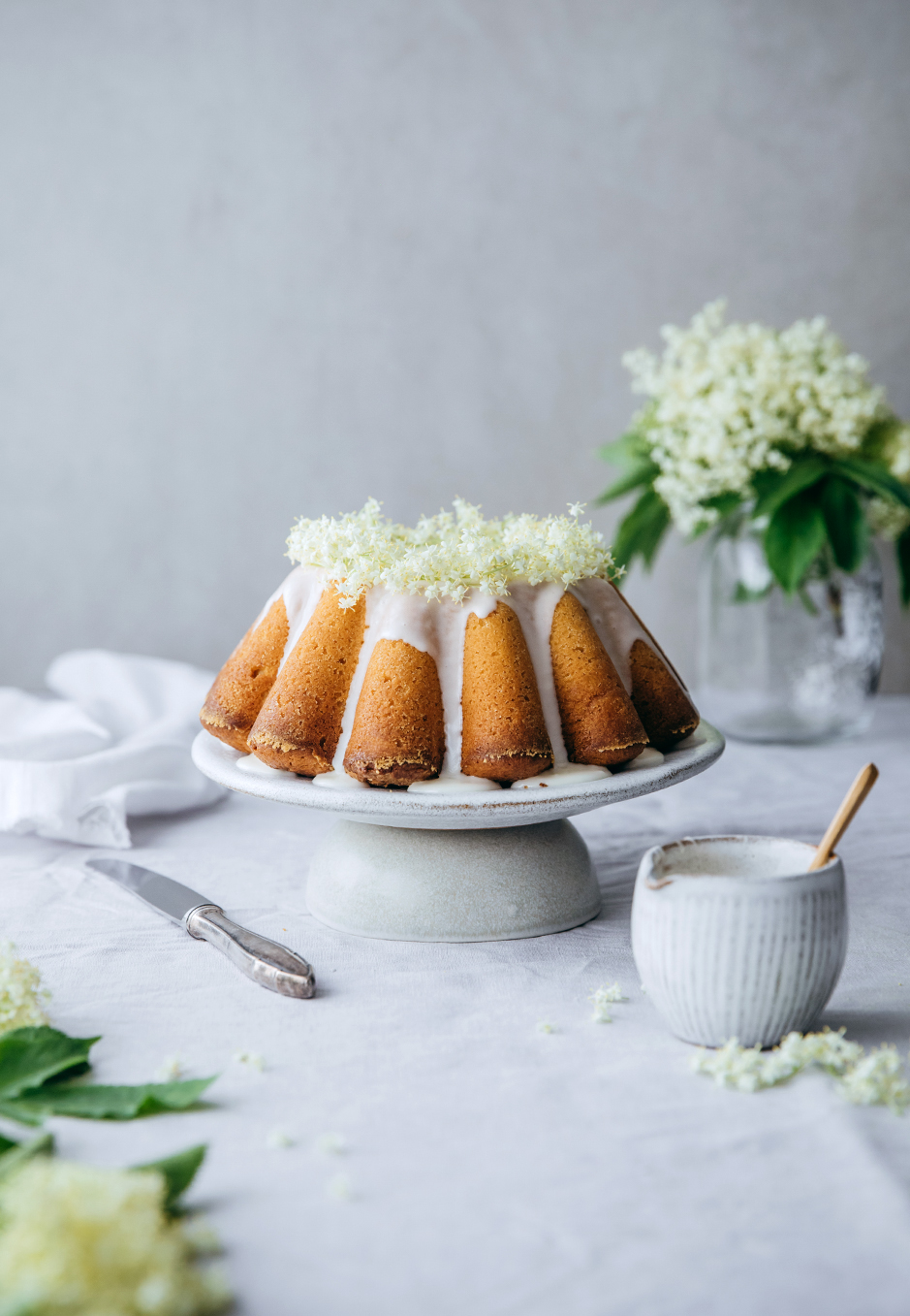 So lecker und sommerlich: Saftiger Joghurtkuchen mit Holunderblüten und Zitrone.