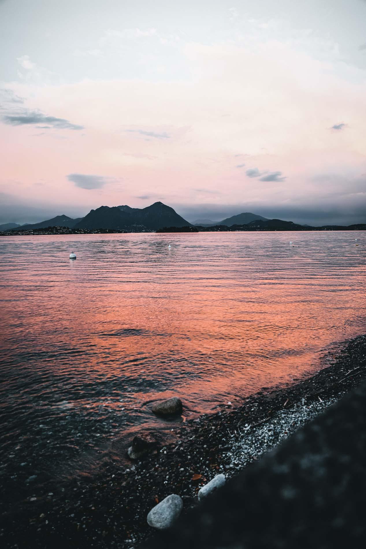 Das sind die Momente, die beim Camping zählen: Sonnenuntergang am Lago Maggiore im Piemont