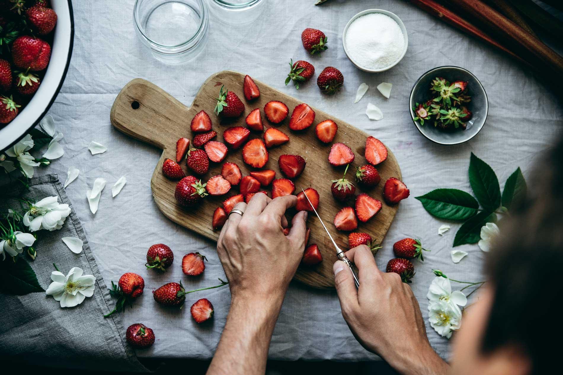 Erinnerung an Kindheitstage: Die Vorbereitungen für das Kochen von Erdbeer-Marmelade, die wir mit Rhabarber, Vanille und Estragon verfeinert haben.