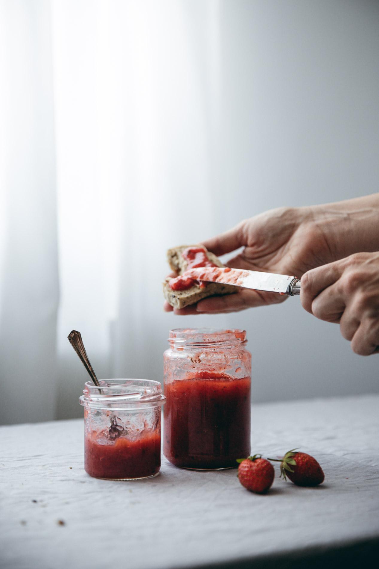 Frühstück mit selbstgemachter Rhabarber-Erdbeer-Marmelade.
