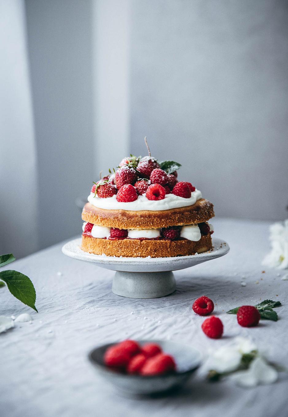Victoria Sponge Cake wird traditionell mit Erdbeeren, Sahne und Marmelade belegt.