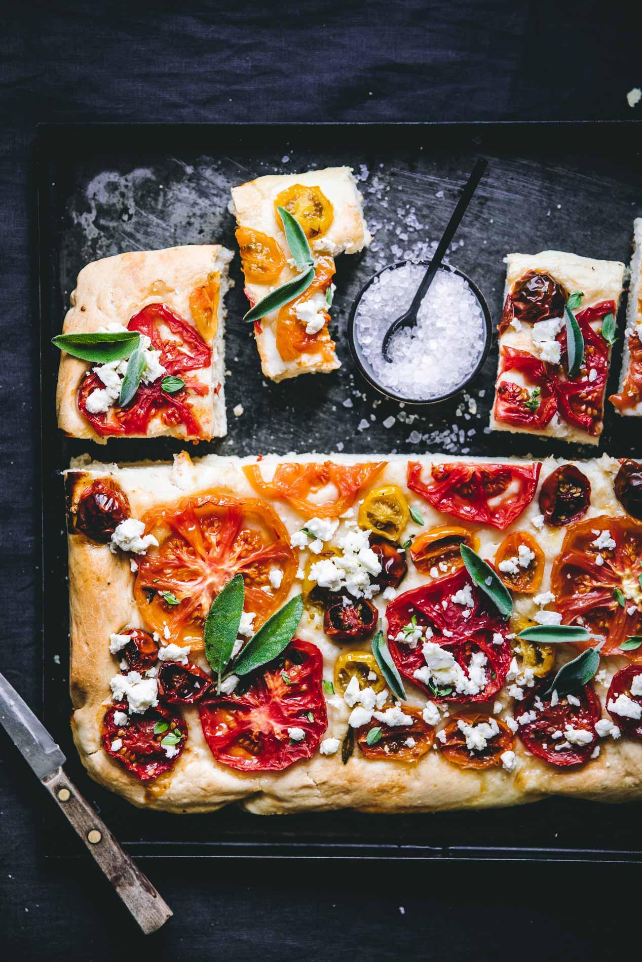 Schmeckt lauwarm am besten: Frisch gebackene Focaccia mit Tomaten.