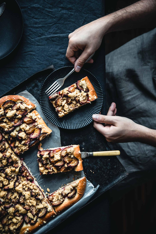 Hefeteig ist schnell und einfach zubereitet - und wird ratzfatz zum saftigen Zwetschgenkuchen vom Blech.