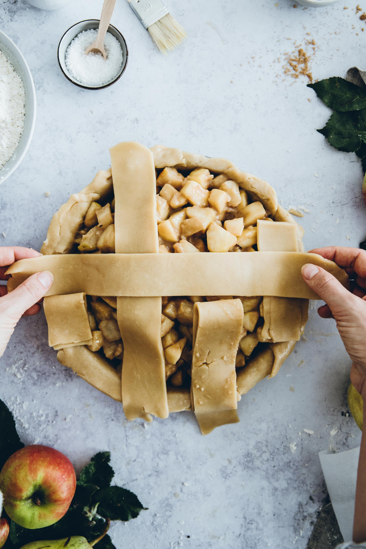 Wenn du dich für das Flechten an unsere Anleitung hältst, dann kann bei deinem Apfel-Birnen-Pie nnichts schief gehen.
