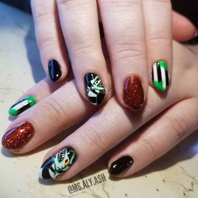 """💚@ms.aly.ash - """"BEETLEJUICE! BEETLEJUICE! BEETLEJUICE! Some sandworm realness coming at you on @silverflowerpixie's *beautiful* natural nails😍💅🖤"""""""