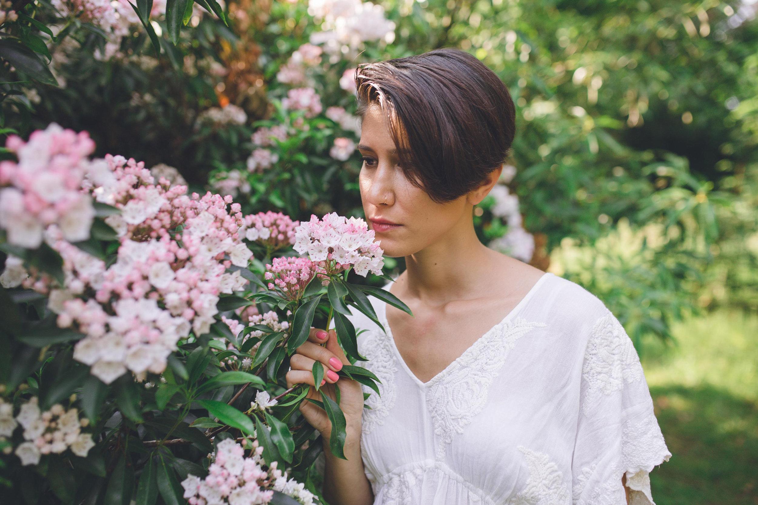 Nature portrait femme fleurs robe blanche photographe et vidéaste à Bruxelles