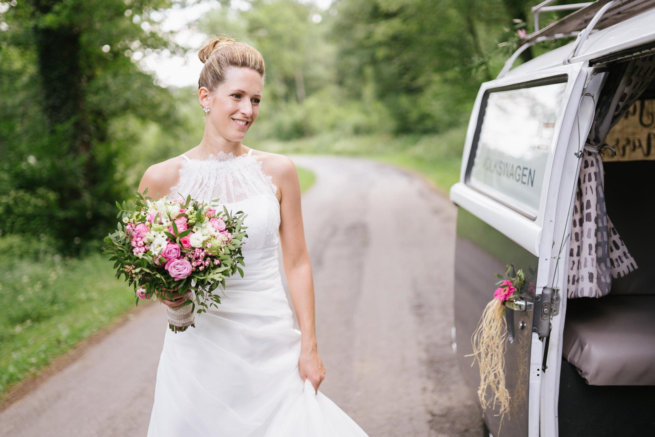 Reportage de mariage fiançailles femme bouquet photographe et vidéaste à Bruxelles