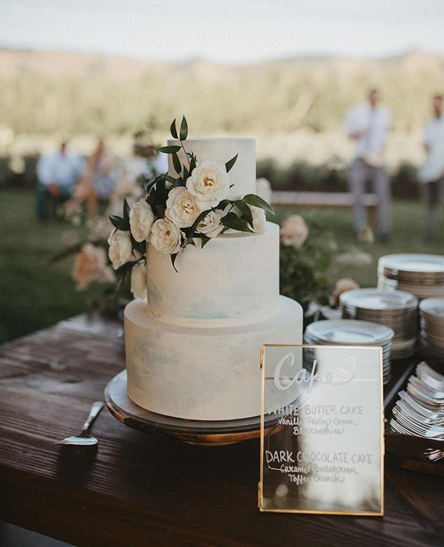 Love the subtle blue on this gorgeous cake 🍰⁠ . ⁠ .⁠ .⁠ Photo:@indwellweddings⁠ Cake: @dreamcakespdx⁠ Coordination: @keenevents Flowers: @fortheloveoffloral ⁠ .⁠ .⁠ .⁠ #weddingsintheorchard #weddingcake #gorgewedding #hoodriverwedding #mthoodwedding #oregonwedding #washingtonwedding