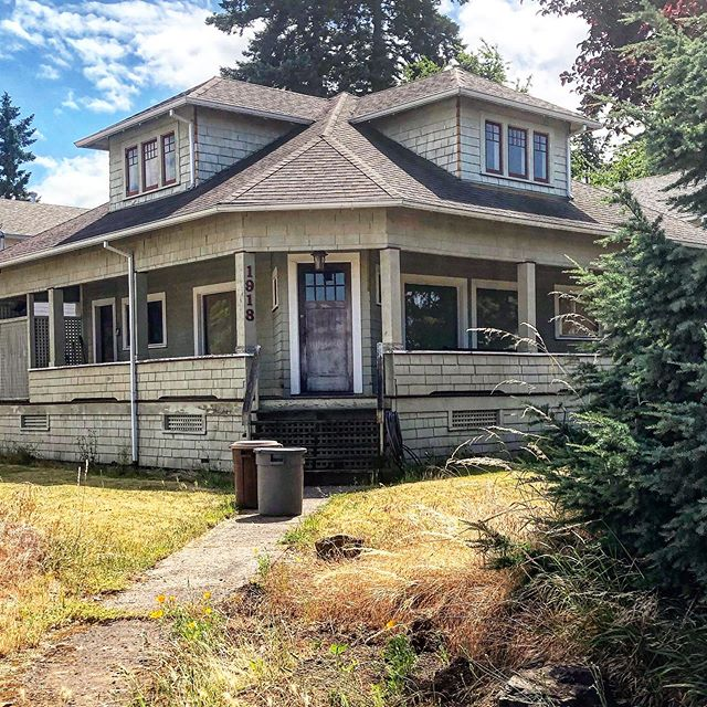 Always have admired this home in downtown Oak Grove. #archi_ologie #vintagehouses #pdxarchitecture #farmstylehome #oldhouselove