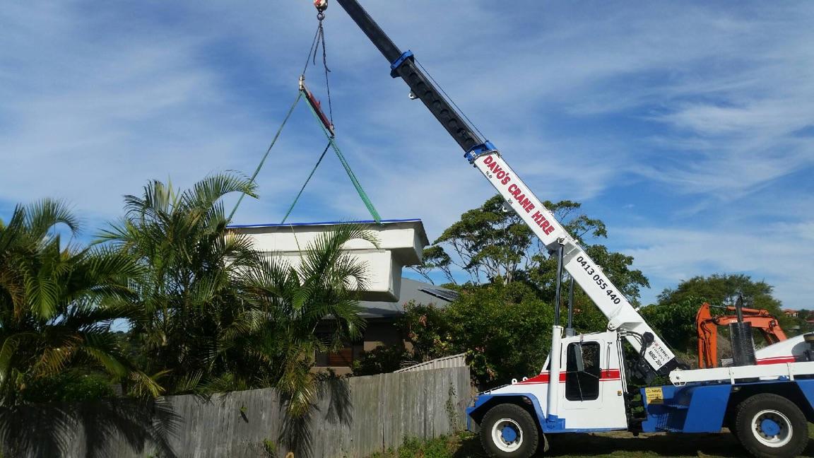 Capacity: 20t | Boom Length: 17.9m | Jib Length: 3m | Maximum tip height: 20.5m | Jib Offset: 0º, 12º, (fixed) | Crane Width: 2.80m | Crane Length: 9.8m| Weight: 22,000kgs
