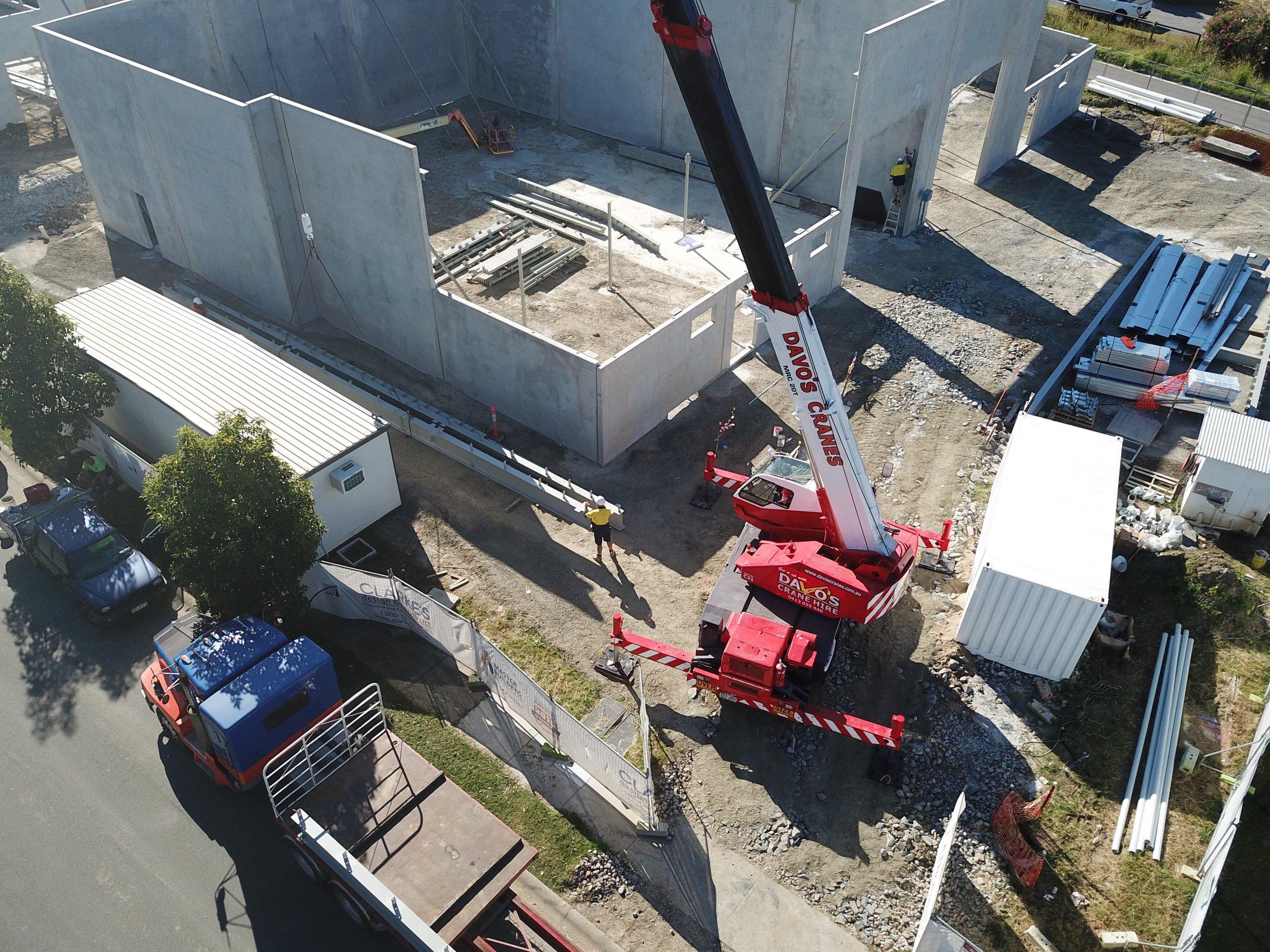 Capacity: 20t | Boom Length: 30.5m |Jib Length: 3.8m Maximum tip height: 35.1m | Jib Offset: 5º, 25º, 45º(fixed) Crane Width: 2.80m | Crane Length: 8.9m Weight: 24,000kgs
