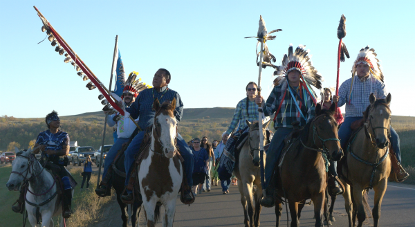 몬타나의 포트펙 부족의 사람들이 물품을 가지고 지지하기 위해 왔다. (사진: 제이드 비게이)