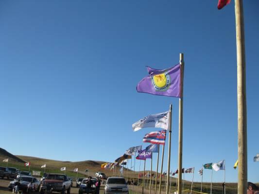 농성장 근처의 도로에 스탠딩락에 연대를 표한 수백개 부족의 깃발이 날리고 있다. (사진:에밀리 조바이스)