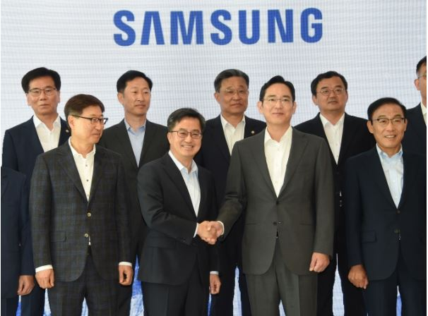 (Samsung Bioepis CEO Ko Han-seung to the left as Deputy Prime Minister Kim Dong-yeon shakes hands with Samsung Group Vice-Chairman Lee Jae-young. Source: Dailymedi.com)