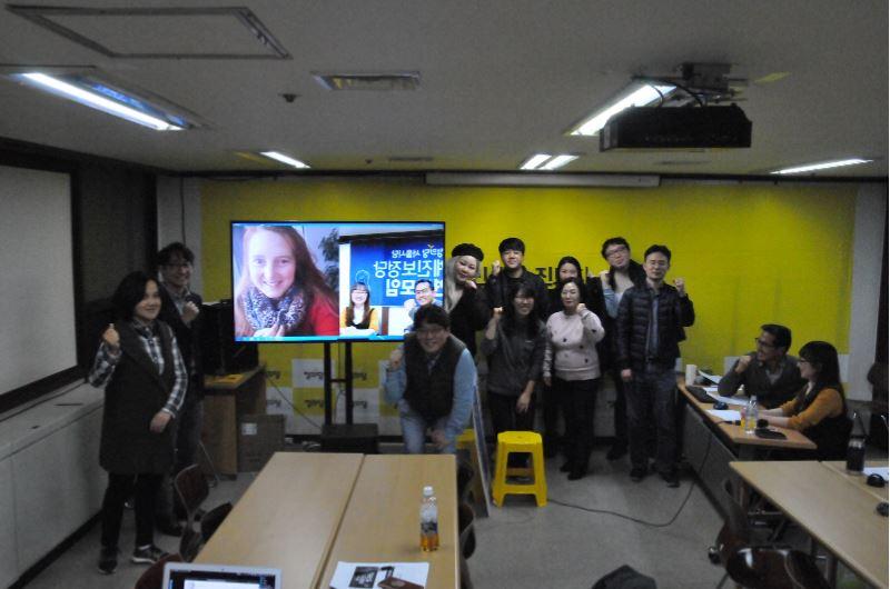 클라우디아 하이츠 사무총장과의 화상인터뷰 국제전략센터와 정의당서울시당 세계진보정당연구모임에서 화상인터뷰를 진행한 후 의원과 찍은 단체사진
