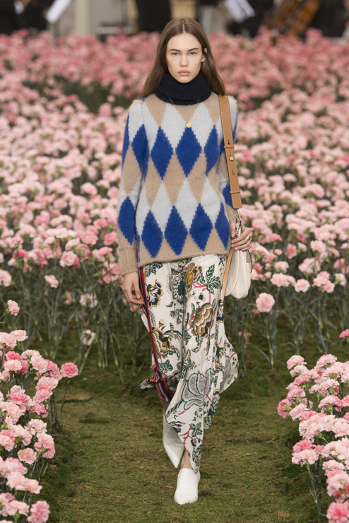 - The boy-meets-girl vibe dominated the fall/winter runways. Think feminine dressesteamed with chunky fair isle sweaters (Erdem) and baggy grey knits sprinkled with rhinestone (Christopher Kane). At Tory Burch, a graphic knit and floral combo proved a major hit with the front row.Tory Burch (photo vogue.com)