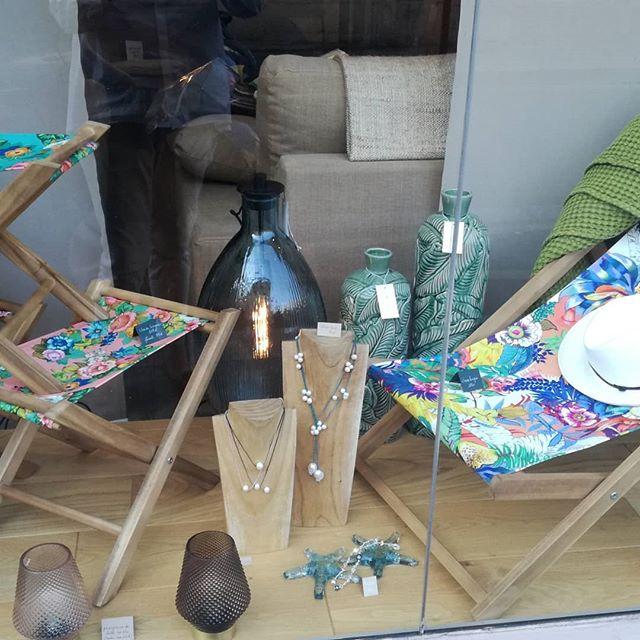 Pâques au balcon!!!! Chiliennes et petits pliants en vitrine, 12 coloris bohème et tonique. #chaiselongue #original  #bohemestyle #antiuv # antihumidite #textileoutdoor #mobilierdecoration