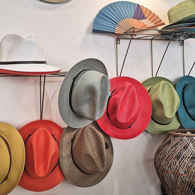 Alerte météo, le soleil revient enfin, stock limité de chapeaux en papier japonais texturisé aux couleurs osées ! #chapeaux #panamas #couleurs #mode #batignolles