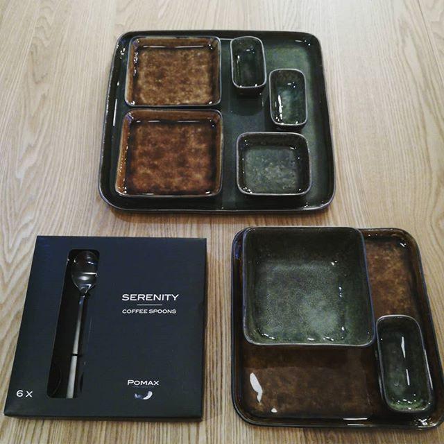 Nouvelle collection Porcelino square où assiettes bols et ramequins se combinent à l'infini. les  tons verts olive et bruns à l'emaillage craquelé se mixent à merveille. #musthave #vaisselle #original #Pomax