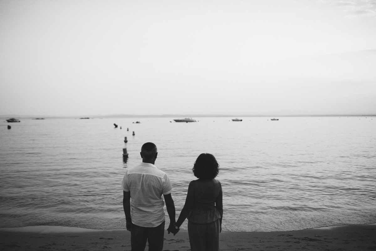 Couple standing in front of the sea, black and white picture.