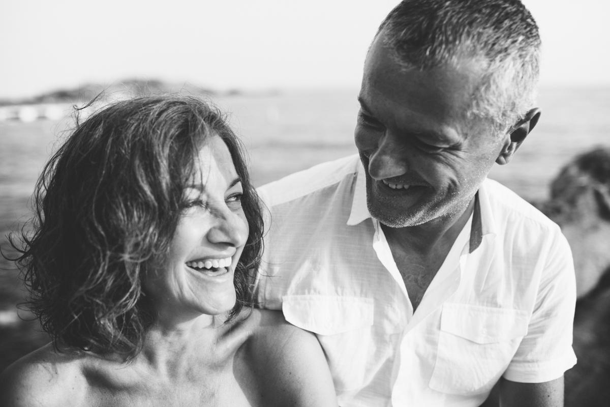 pareja riendo en blanco y negro