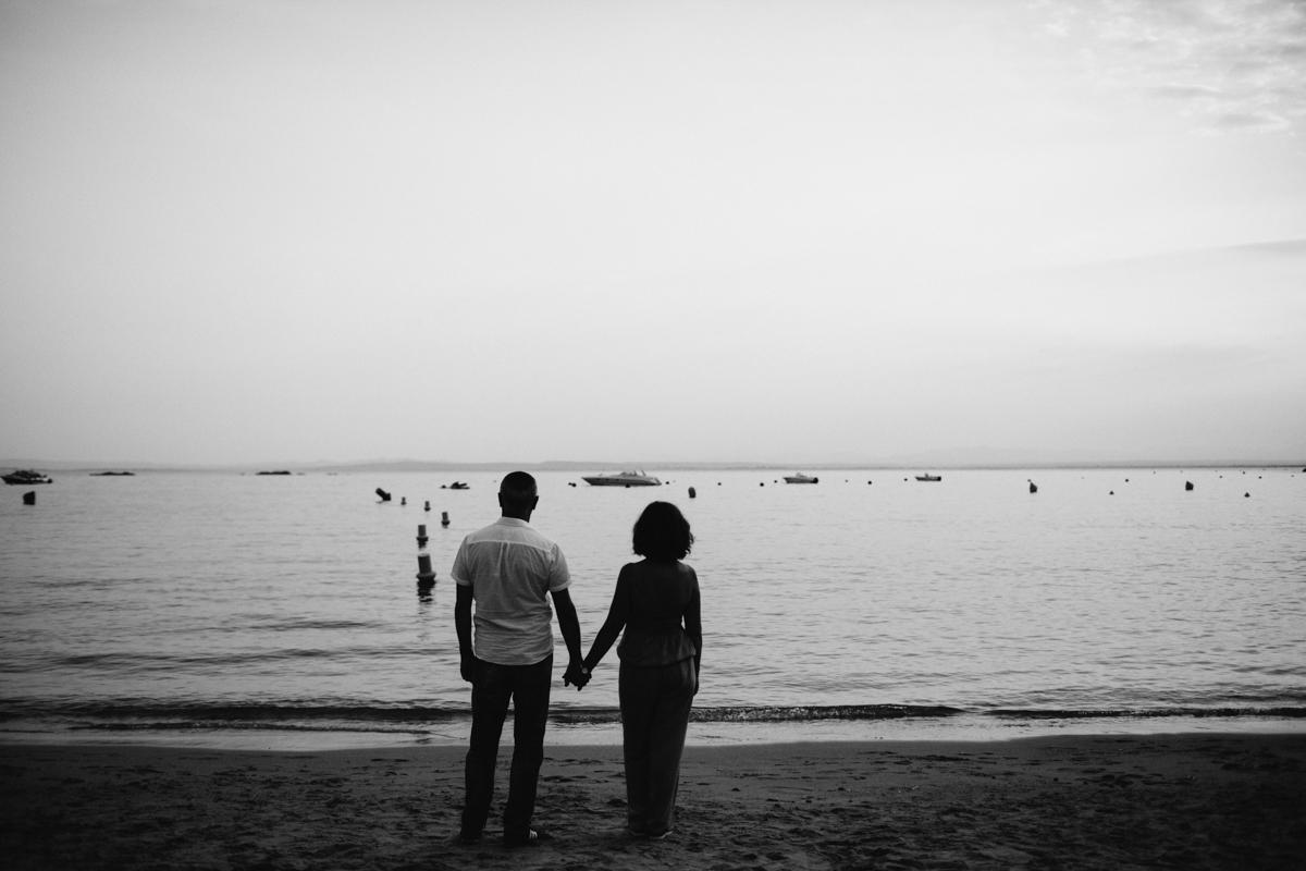pareja en blanco y negro frente al mar
